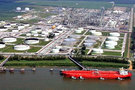 Benzin kommt als Motorenbenzin bei uns zum Einsatz unter Bezeichnungen wie Super E5, Super E10, Diesel, etc. und wird aus Rohöl gewonnen.