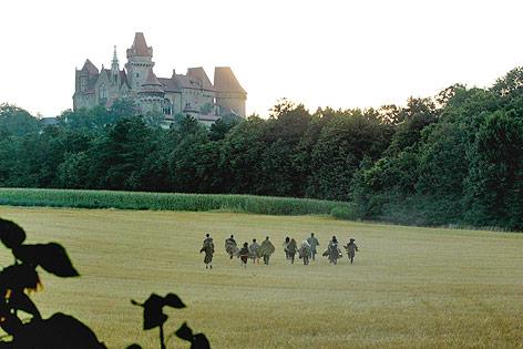 """Darsteller von """"The Quest"""" laufen auf Burg Kreuzenstein zu"""