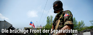 bewaffneter Separatist von der Russisch-orthodoxen Armee