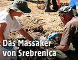 Forensiker untersuchen ein Massengrab