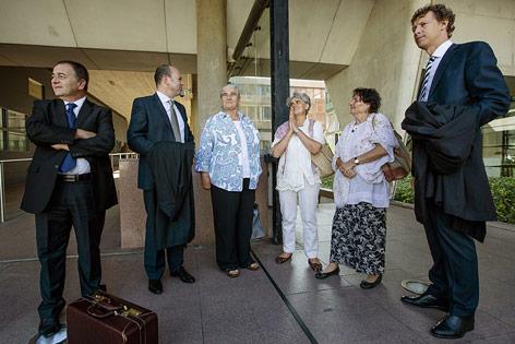 Klägerinnen mit Anwälten vor Gerichtssal