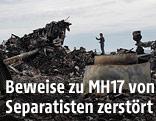 Mann steht bei den Trümmern der abgestürzten Boeing
