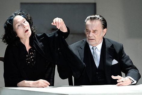 """Gert Voss als """"Orgon"""" und Edith Clever als """"Dorine"""""""