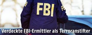 Mann mit FBI-Jacke von hinten