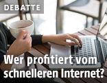 Frau mit Kaffeetasse surft im Internet