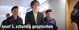 Angeklagter Josef S. mit Polizisten