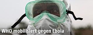 Krankenschwester mit Brille und Maske vor dem Gesicht