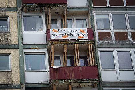 """Transparent auf der Haussfassade eines """"Esso-Hauses"""""""