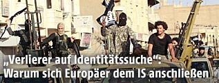Jubelnde Kämpfer der Terrormiliz Islamischer Staat (IS)