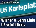 Türkises Schild mit Aufschrift U5 Karlsplatz