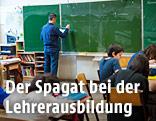 Ein Lehrer schreibt auf die Schultafel