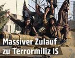 Kämpfer der IS auf einem Panzer