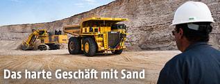 Lastwagen in Abbaustätte für Sand