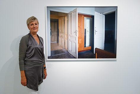 Fotografin Yvonne Oswald vor einem ihrer Fotografien