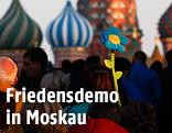 Menschen auf dem Weg zur Basilius-Kathedrale in Moskau