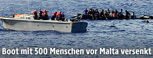 Schiffsbrüchige Flüchtlinge werden von der Küstenwache gerettet