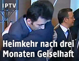 Der türkische Premier Ahmet Davutoglu umarmt eine befreite Geisel