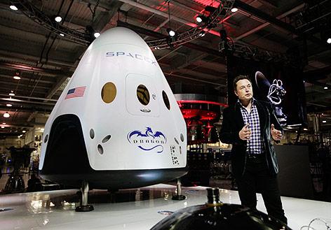 SpaceX-Chef Elon Musk vor einer SpaceX-Dragon-V-Raumkapsel