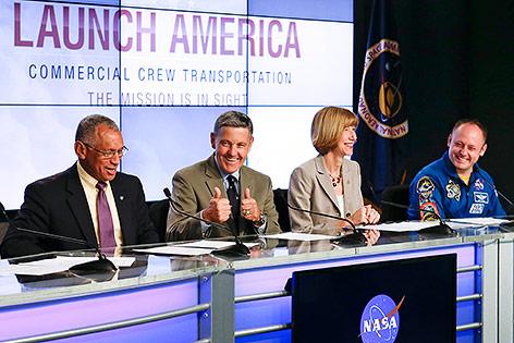 NASA-Direktor Charles Bolden, Kennedy-Space-Center-Direktor Bob Cabana, Crew-Programmmanagerin Kathy Lueders und Astronaut Mike Fincke