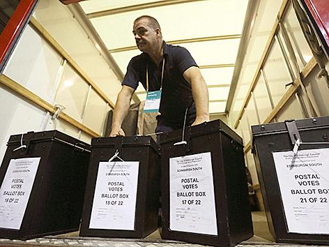 Ein Mann trägt Wahlboxen