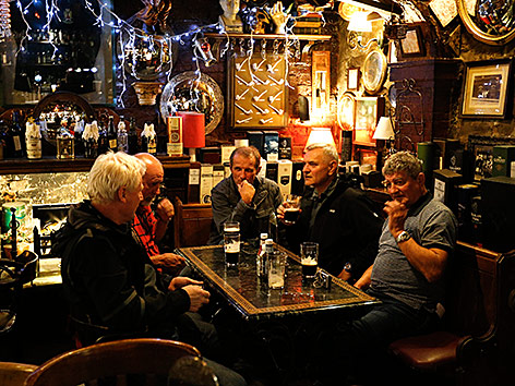 Männer in einem schottischen Pub