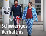Ein Mann in einem Anzug mit schottischen Fahnen und ein Mann mit einer Hose in Union-Jack-Muster