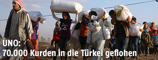 Kurdische Flüchtlinge passieren die Grenze zur Türkei