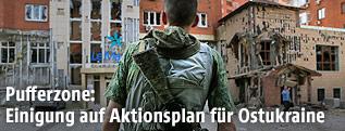 Russischer Separatist in zerstörtem Stadtgebiet