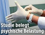 Ärztin zieht sich Handschuhe an