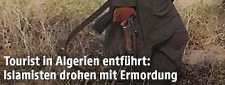Dschihadist hält Waffe in der Hand
