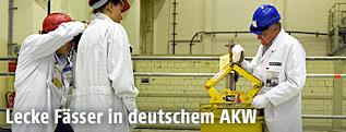 Ein Techniker im AKW Brunsbüttel, zeigt die Handhabung eines Atommüllfasses