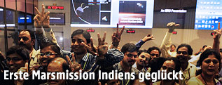 Indische Wissenschafter jubelnd