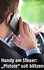 Geschäftsmann fährt mit dem Auto und telefoniert währenddessen mit seinem Mobiltelefon