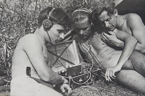 Junge Männer beim Radio-Hören