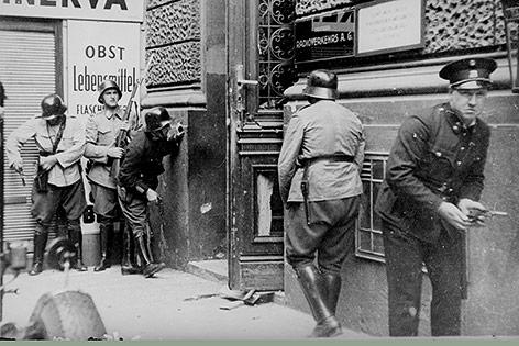 Die Exekutive vor dem von Nationalsozialisten besetzten RAVAG- Gebäude in der Johannesgasse 4a