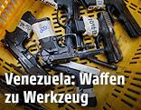 Pistolen mit aufgeklebten Nummern in einem Korb