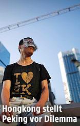 Demonstrant mit Maske vor Hochhäusern