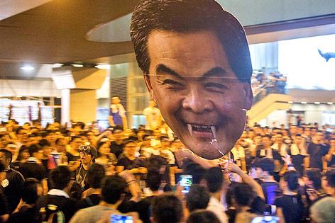 Demonstranten halten eine Figur des Hongkonger Regierungschefs Leung Chun-ying mit Vampirzähnen