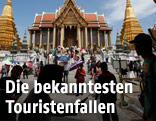 Touristen vor dem Großen Palast in Bangkok