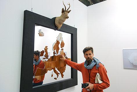 """Kunstwerk von Virgil Scripcario mit dem Titel """"Eurotrophy"""" zeigt eine Europakarte aus Tierfell"""