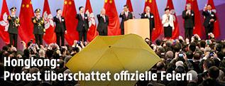 Regenschirm bei Honkongs Feiern zum Nationalfeiertag