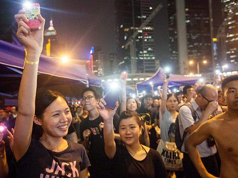 Demonstranten mit Smartphones