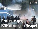 Polizei geht mit Wasserwerfer gegen Demonstranten vor