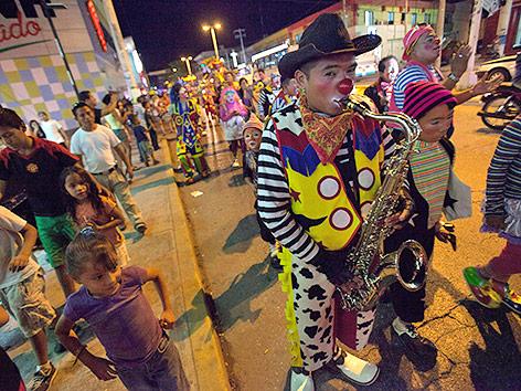 Ein Clown mit Saxophon