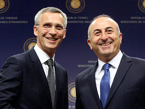 NATO-Generalsekretär Jens Stoltenberg und der türkische Außenminister Mevlut Cavusoglu