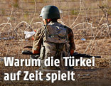 Türkischer Soldat sitzt nahe des Grenzzauns zu Syrien