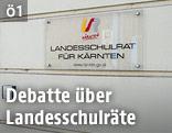 Schild mit Aufschrift Landesschulrat für Kärnten