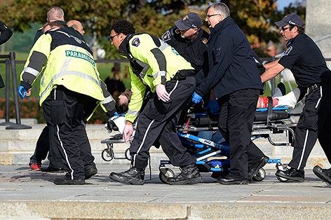 Sanitäter bringen eine verletzte Person in Sicherheit