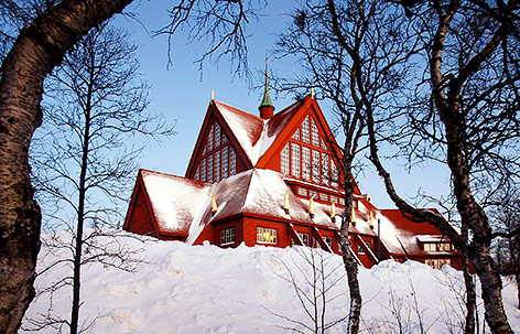 Kirche in Kiruna unter einer dicken Schneedecke