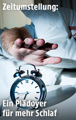 Hand greift nach einem Wecker